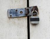 Kłódka na drzwi drewniane — Zdjęcie stockowe