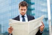 Człowiek czytając gazetę — Zdjęcie stockowe