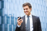 Businessman using a smartphone — Stockfoto