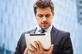 Homme d'affaires à l'aide de sa tablette — Photo