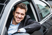 красивый мужчина за рулем своего автомобиля — Стоковое фото