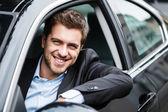 Pohledný muž řídil jeho auto — Stock fotografie
