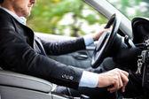 Hombre que conducía su auto — Foto de Stock