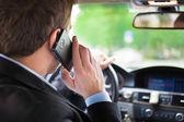 Man talar i telefon på hans bil — Stockfoto