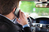 Mężczyzna rozmawia przez telefon w samochodzie — Zdjęcie stockowe