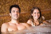 Para robi się wanna z hydromasażem w spa — Zdjęcie stockowe
