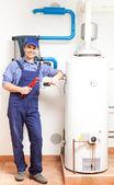 Técnico de reparación de un calentador de agua caliente — Foto de Stock