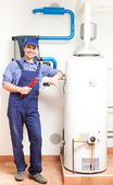 Tecnico riparazione un riscaldatore di acqua calda — Foto Stock