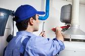 Loodgieter op het werk — Stockfoto