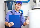 Técnico de mantenimiento de un calentador de agua caliente — Foto de Stock
