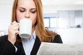 Zeitung und kaffee — Stockfoto