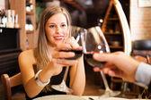 Pareja cenando en un restaurante — Foto de Stock