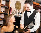 Kellner, essen in einem restaurant vorschlagen — Stockfoto