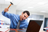 Man smashing his laptop — Stockfoto