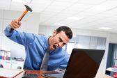 Człowiek rozbijając swój laptop — Zdjęcie stockowe