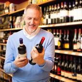 Hombre elegir vino — Foto de Stock