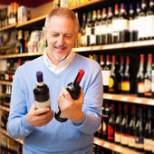 Man choosing wine — Stock Photo