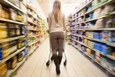 在超市购物 — 图库照片