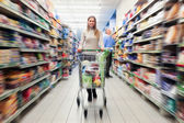 Shopping at the supermarket — Stockfoto