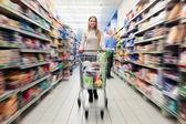 Zakupy w supermarkecie — Zdjęcie stockowe