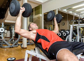 Man training in a fitness club — Stockfoto