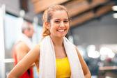 Niña sonriente en un club de fitness — Foto de Stock