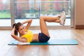 Kvinnan gör stretching — Stockfoto