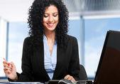 Kvinna på jobbet — Stockfoto