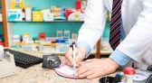 Escrevendo em uma prescrição de farmacêutico — Foto Stock