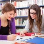 studenti na práci v knihovně — Stock fotografie