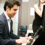 člověk hrát na klavír — Stock fotografie