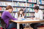 Estudiante en una biblioteca — Foto de Stock
