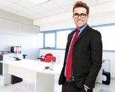 Självsäker ung affärsman i hans kontor — Stockfoto