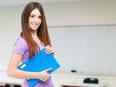 Portret van een jonge schattige student in haar klas — Stockfoto