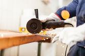 Werknemer met behulp van een molen — Stockfoto