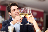 Couple toasting wineglasses — Stockfoto