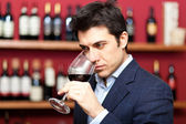 Sommelier analyzing a glass of red wine — Stock Photo
