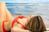 Beautiful woman relaxing on the beach — Foto Stock