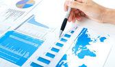 Exame de um relatório do mercado de ações — Foto Stock
