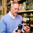 Man choosing wine — Stockfoto