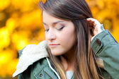 Young woman in an autumnal environment — Stock Photo
