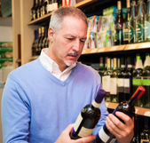 Man choosing wine — Foto Stock