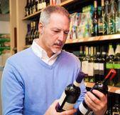ワインを選ぶ男 — ストック写真