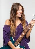 Joven tocando una guitarra eléctrica — Foto de Stock