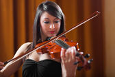 Woman playing violin — Stock Photo