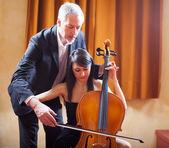 Femme d'apprendre à jouer d'un violoncelle — Photo