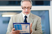 Businessman with clipboard — Foto Stock