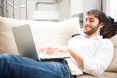 Dizüstü bilgisayar kullanan adam — Stok fotoğraf