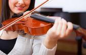 Violinista tocando su instrumento — Foto de Stock