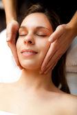 Mujer con un masaje facial — Foto de Stock